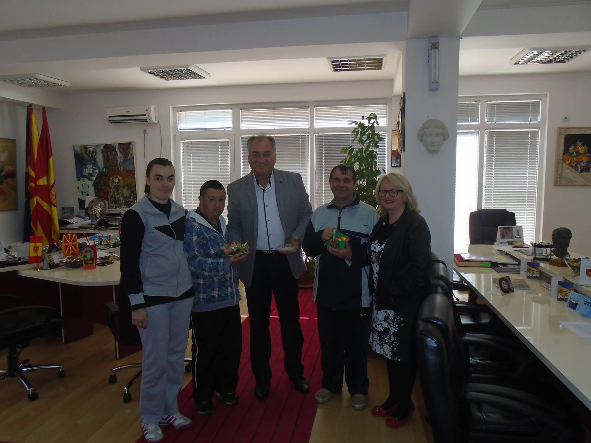 Децата од Дневниот центар во посета на градоначалникот Алексовски