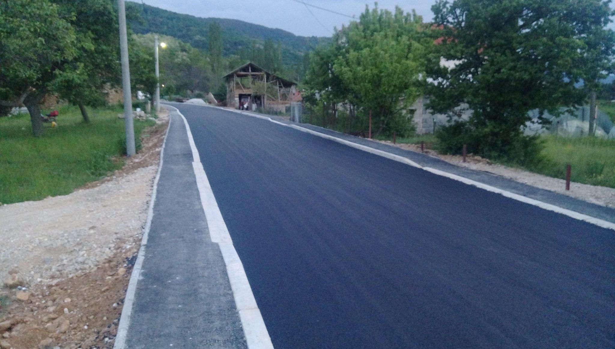 Асфалтиран локалниот пат во село Конопница