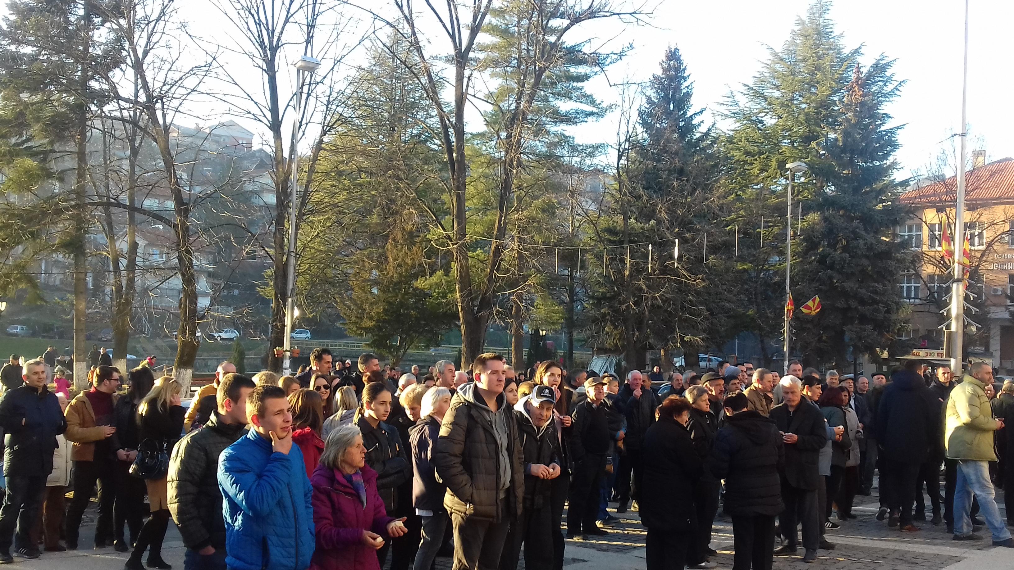 Бадникова прослава на плоштадот во Крива Паланка