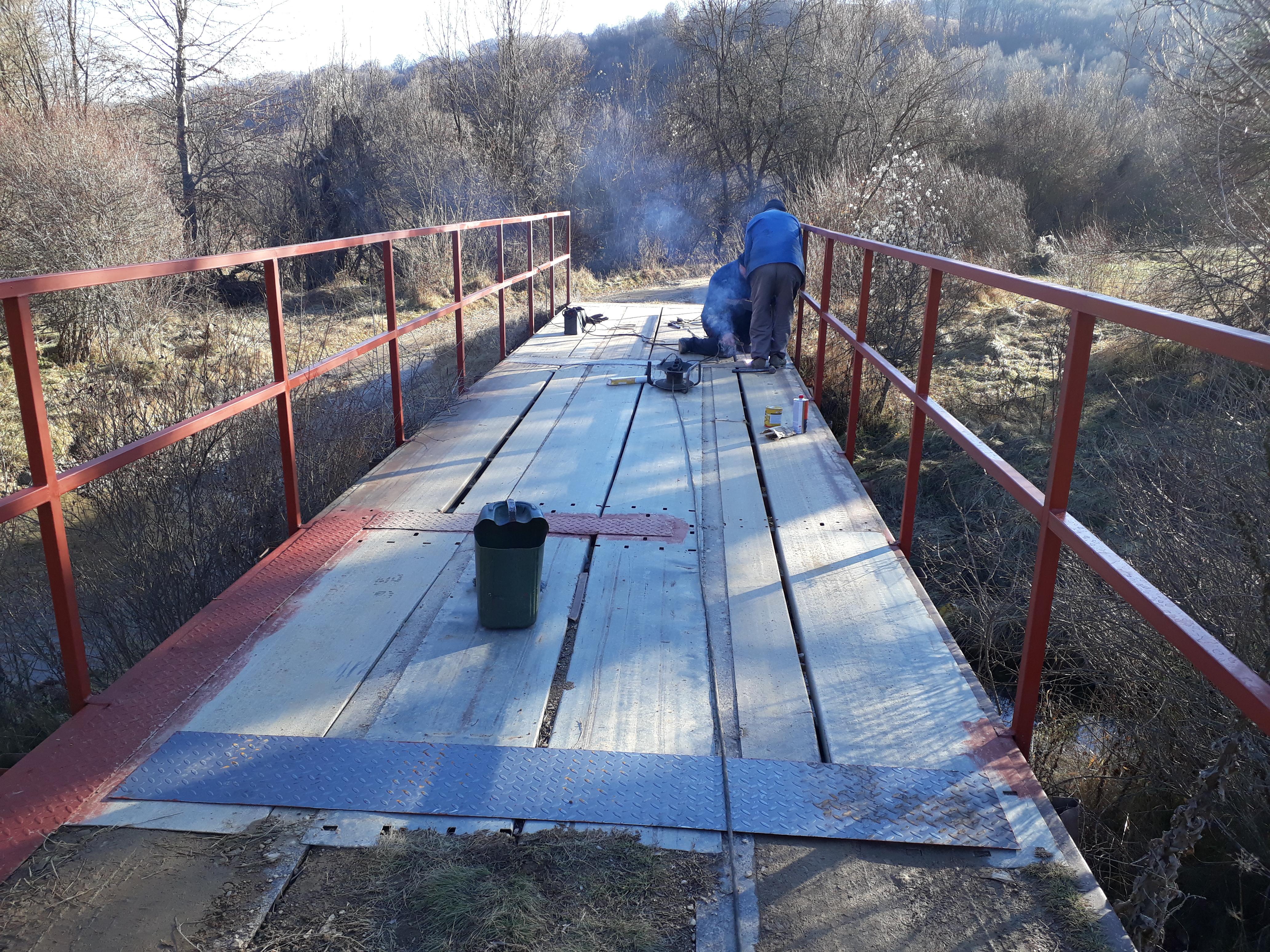 Поставување на метални заштитни огради на мостовите во с.Подржи Коњ и с.Луке