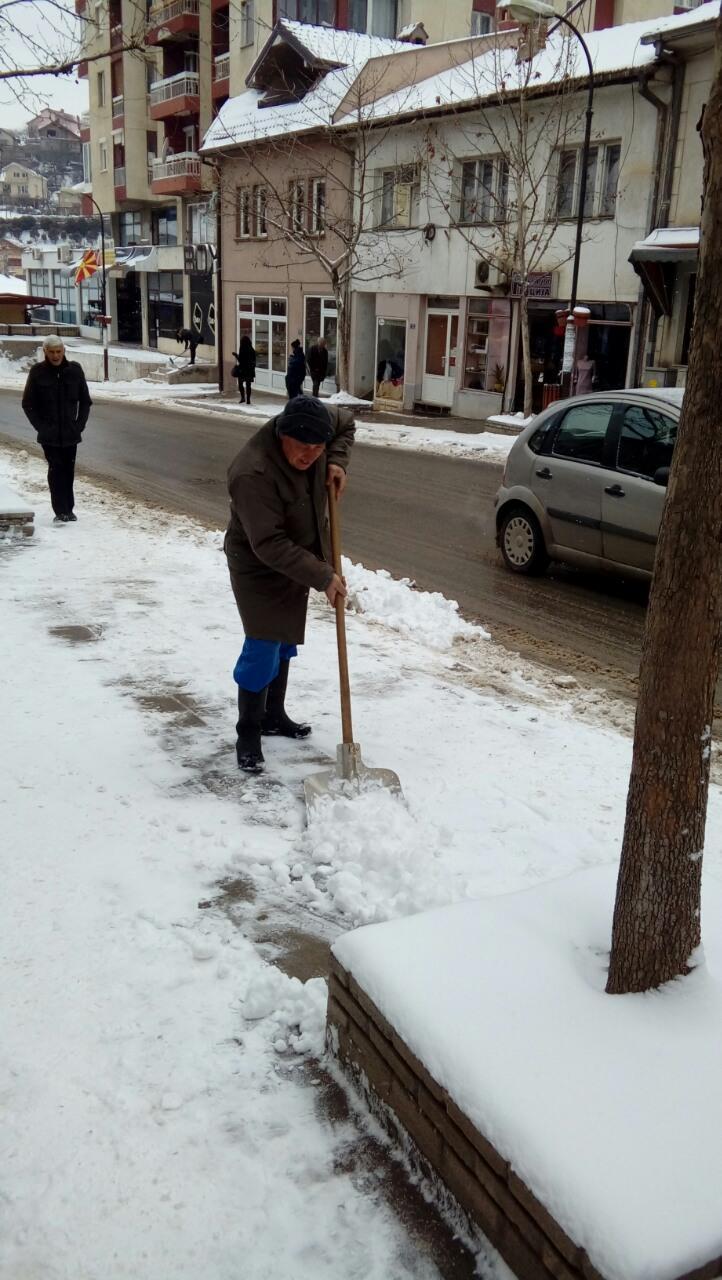 Интензивни активности за зимско одржување на локалните улици и патишта