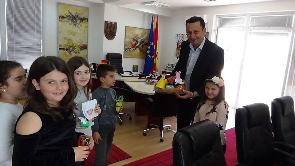 """Третооделенците од ООУ """"Јоаким Крчовски"""" во посета на Општината"""