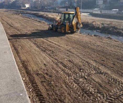 Расчистување на речното регулационо корито на Крива Река
