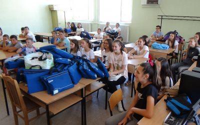 Школски прибор за младите франкофони од учесниците на Europ'Raid