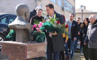 Положено свежо цвеќе пред бистата на дипломатот Миле Крстевски