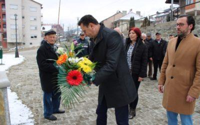 Положено цвеќе пред спомен бистата на Христијан Тодоровски Карпош во Крива Паланка